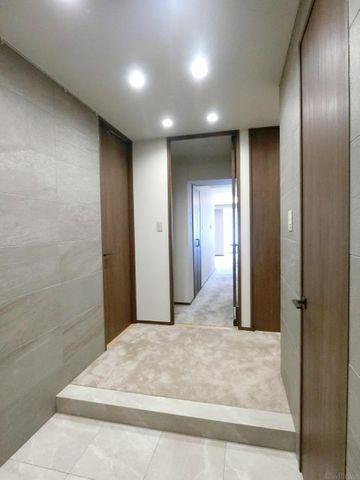 玄関を入ると高級感のある室内を感じて頂けます。玄関右側には大容量のシューズインクローゼットがございます。