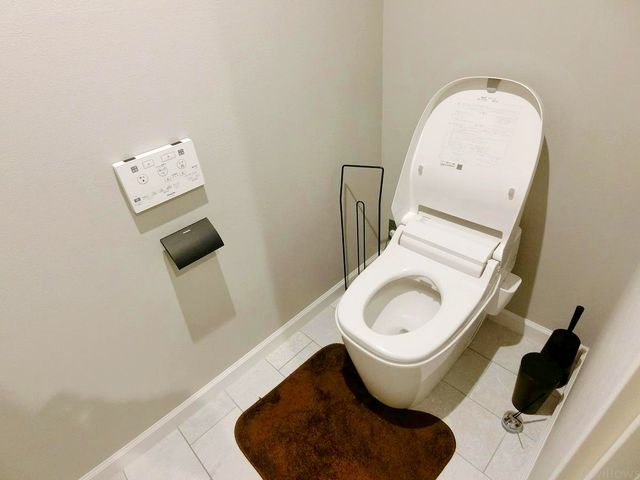 いつまでも清潔な空間であってほしい水回りは、目に留まるだけではなく、汚れをふき取り易いフロアと壁紙に。タンクレスの為、お掃除もしやすいですね。
