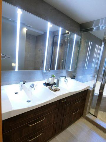 ワイドな洗面スペースは、裏側が収納になっておりますので、いつでもすっきりとご利用頂けます。朝の身支度もスマートに行えそうですね。