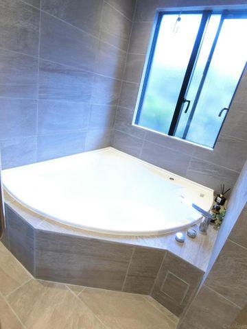 マンションには珍しく、大きな窓があるバスルームです。スペースを有効活用した、ゆとりのある設計で毎日リラックス。お子様とご入浴しても広々しております。