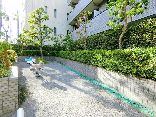 マンションのそばに小さな広場がございます。お子様と遊ぶことができ大変便利ですね。