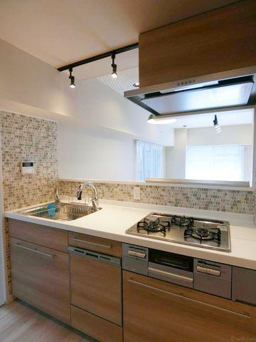 近年最も支持されているのは、リビングが見渡せるオープン型の対面式キッチンです。(食洗機完備!)料理中でもご家族の様子がいつでも確認できるので、楽々&安心です。