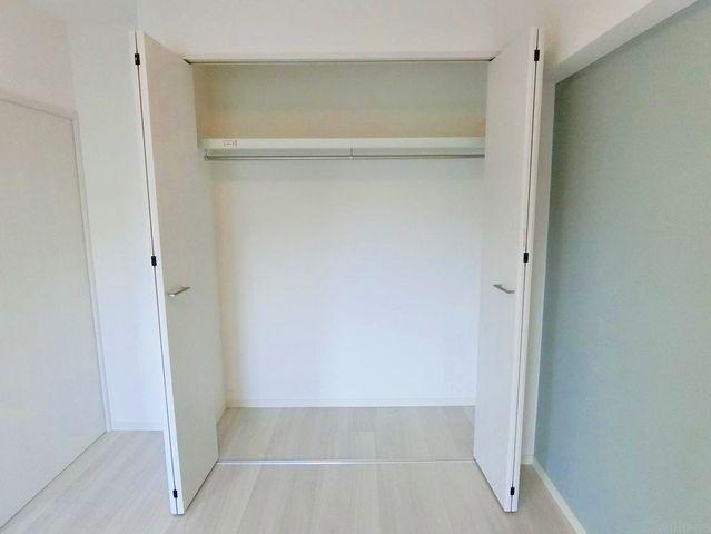 家庭にひとつあるとうれしい大型収納。お布団や掃除機等かさばるものを収納するのにとても便利です。