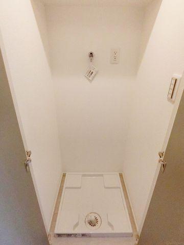 洗濯機置き場は扉で隠せる仕様となっております。来客の際にも生活感を感じさせません。