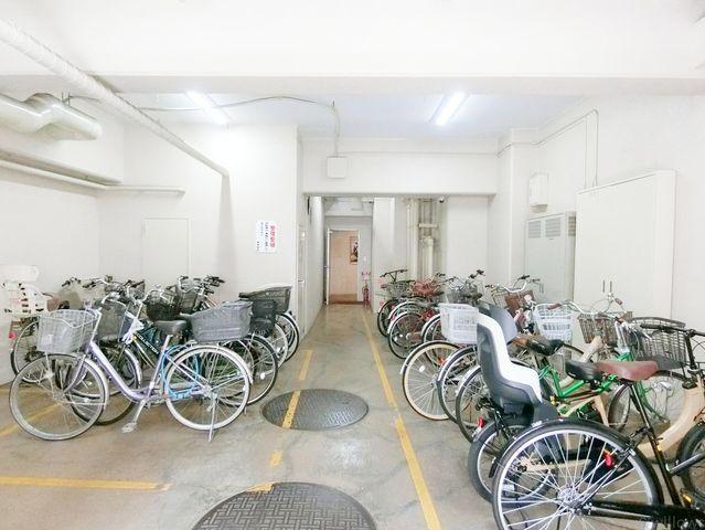 整備された駐輪スペース。室内なので、雨風に汚れる心配もありません。