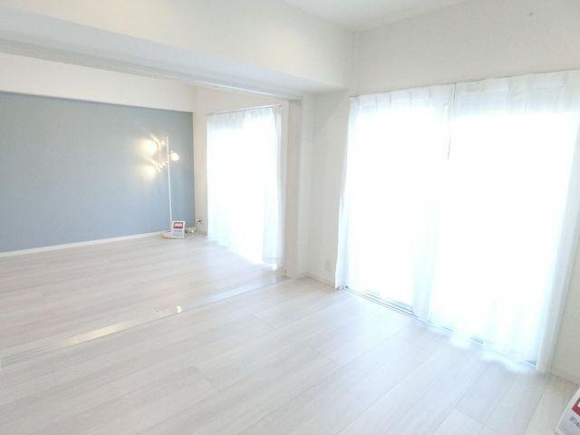 隣の洋室と繋げて広めの1LDKとしても利用可能な間取り。バルコニーに面しており室内陽当たり良好です。