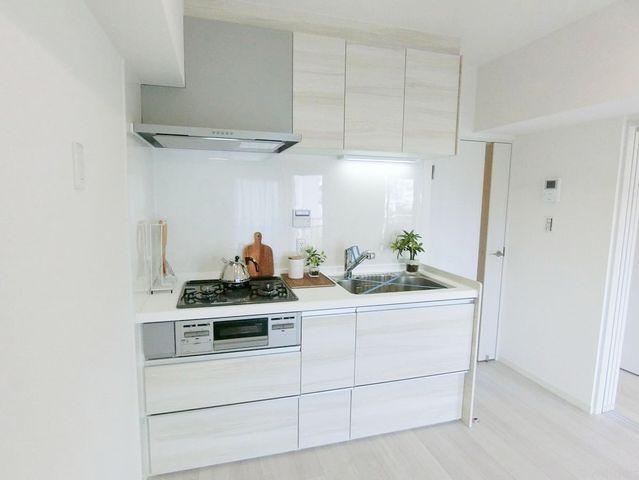 白を基調としたシステムキッチンは新規交換済です。清潔感かつ機能的です。収納スペースも無駄なくございます。