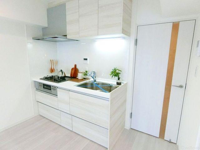 新規交換システムキッチンは白を基調としたシンプルモダンなデザイン。