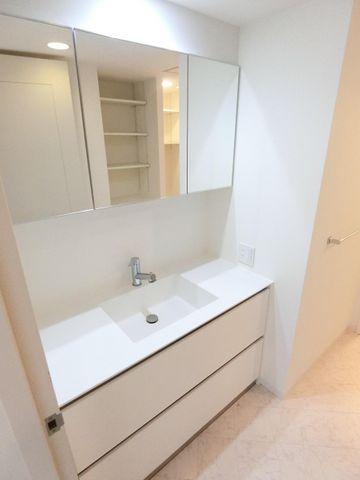 洗面所下にも収納スペースもたっぷり。手入れしやすい洗面台なので、お掃除もらくらくです。広々とした空間で、身だしなみチェックや肌のお手入れも快適に。