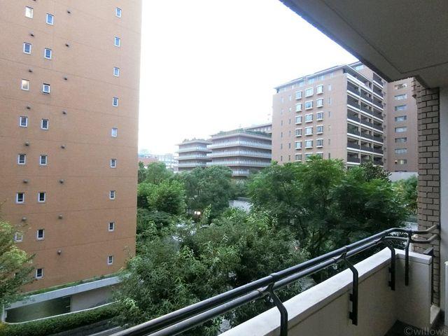 バルコニーからはマンション敷地内の緑が見えますね。