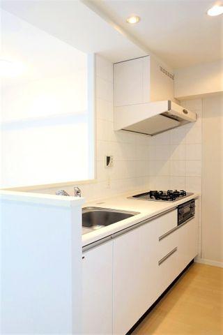 料理というクリエイティブな時間に相応しい、機能美。収納力も豊富です。幅広いキッチンの空間はママにとっての嬉しい動線を確保しております。プライベートスペースを彩るインテリアとしての美も兼ねております。