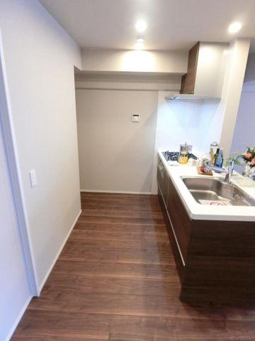 新規交換システムキッチンは黒を基調としたシンプルモダンなデザイン