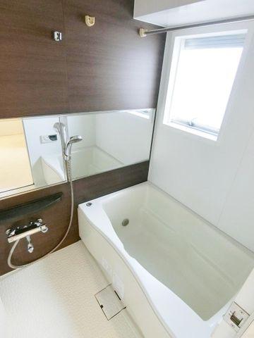 浴室に窓があるバスルームでございます。湿気が気になる浴室ですが、窓がありますので換気はばっちりですね。