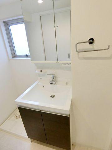 上部と下部に収納がついた洗面台でございます。掃除道具や日用品なども収納できますので、便利でございますね。