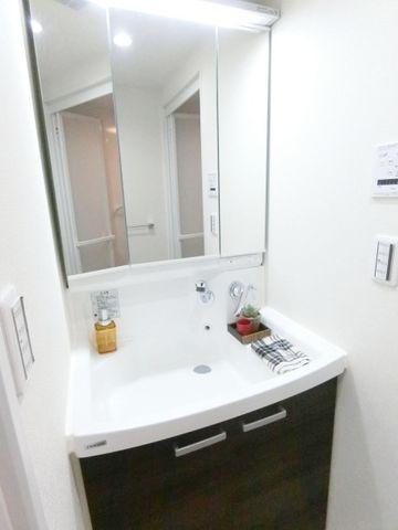 三面鏡の中やベースキャビネットには収納スペースもたっぷり。手入れしやすい洗面台なので、お掃除もらくらくです。広々とした空間で、身だしなみチェックや肌のお手入れも快適に。