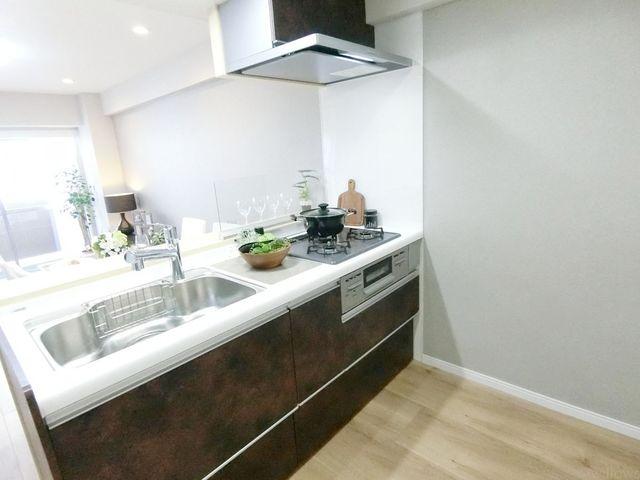 近年最も支持されているのは、リビングが見渡せるオープン型の対面式キッチンです。料理中でもお子様の様子がいつでも確認できるので、楽々&安心です。
