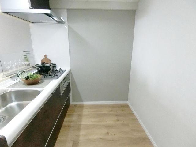 キッチンウラのスペースもしっかり確保。ゆとりのある空間で楽しくお料理が可能です。お子様と一緒にお料理するときも安心です。
