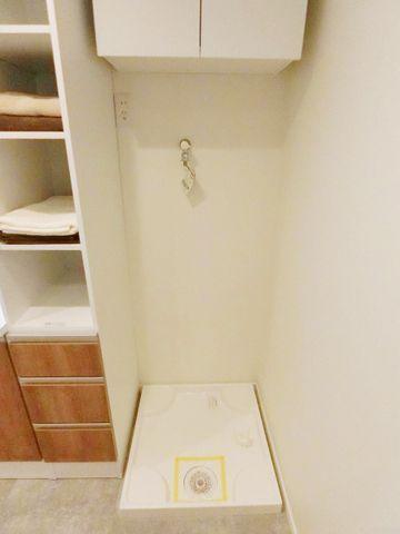 洗濯機置き場は水回りに集約、家事動線を考えられた配置で家事も楽になります。