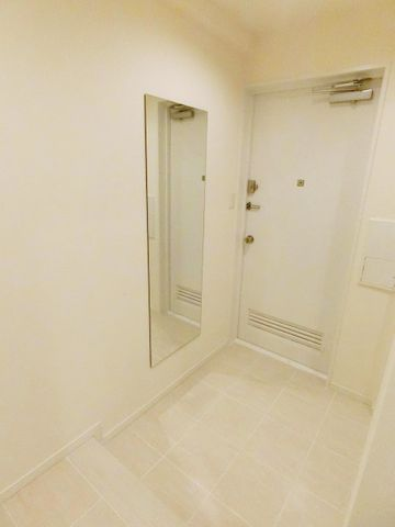 開放感と清潔感を兼ね備えた玄関。お子様が駆け込んでくる様子が想像できます。シューズBOXも十分な広さを確保しており、ブーツや傘等も収納できます。お写真等を飾れるスペースもGood。