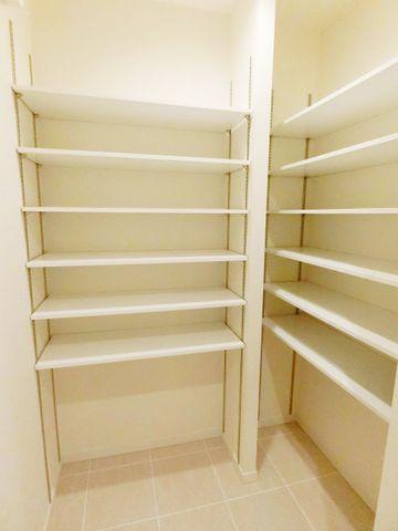 シューズBOXも十分な広さを確保しており、ブーツや傘等も収納できます。可動式の棚でお客様のお好きなレイアウトに