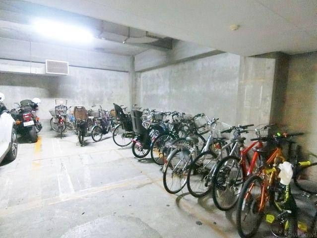 屋内駐輪場は雨から自転車を守ってくれます。