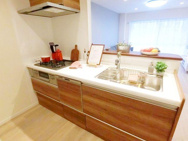 キッチンは人気のリクシル社製を採用。近年最も支持されているのは、リビングが見渡せるオープン型の対面式キッチンです。(食洗機完備!)料理中でもお子様の様子がいつでも確認できるので、楽々&安心です。