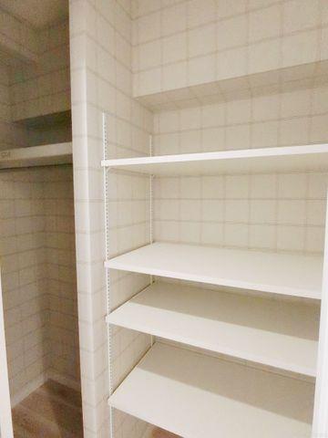 家庭にひとつあるとうれしい大型収納。ベビーカーやゴルフバッグ、掃除機等かさばるものを収納するのにとても便利です。可動式の棚になっているので、本棚としても利用できます。