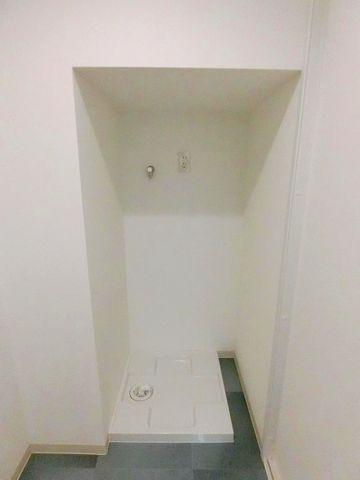洗濯機置き場もスペースを有効活用しております。幅も余裕がある為、ドラム式洗濯機も利用可能です。