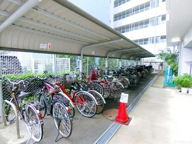 自転車は必需品という方も多くいらっしゃいます。見るとお子様を乗せる自転車も多く、このマンションコミュニティの雰囲気を教えてくれます。年額4000円、空き状況もすぐにお調べします。