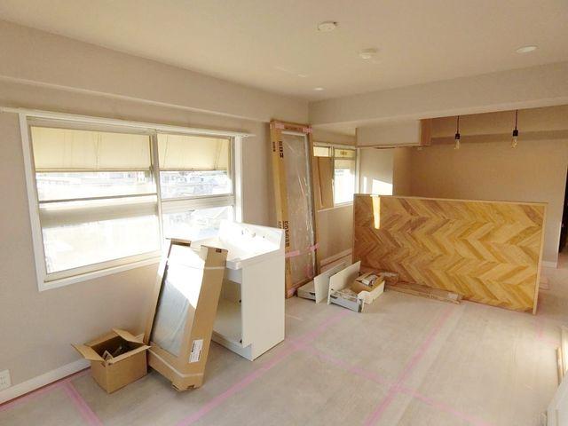キッチンには西側の採光面がございます。角部屋ならではの開放感をお楽しみいただけます。