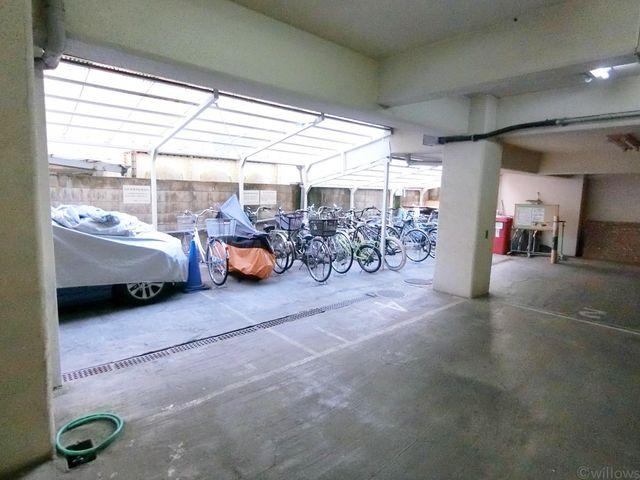 自転車は必需品という方も多くいらっしゃいます。見るとお子様を乗せる自転車も多く、このマンションコミュニティの雰囲気を教えてくれます。月額200円、空き状況もすぐにお調べします。