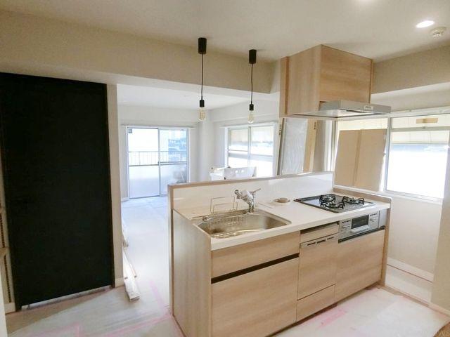 近年最も支持されているのは、リビングが見渡せるオープン型の対面式キッチンです。(食洗機完備!)優しいライトブラウンの色合いがおしゃれな内装です。