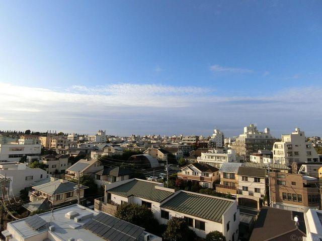 北側バルコニーは、前面棟なしにつき非常に開放感がございます。空を近くに感じる生活をあなたに。