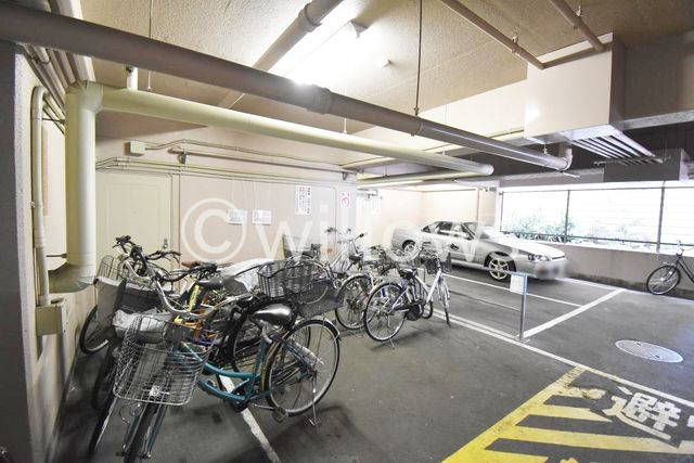自転車は必需品という方も多くいらっしゃいます。見るとお子様を乗せる自転車も多く、このマンションコミュニティの雰囲気を教えてくれます。