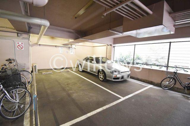 断然便利な敷地内駐車場。月額26000円となっております。空き状況をすぐにお調べしますので、お気軽にお問い合わせください。