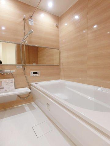マンションでは珍しい1616タイプのお風呂。お子様2人と一緒に入れる広さです。最新の設備を採用しているため、機能性も高く充実しています。