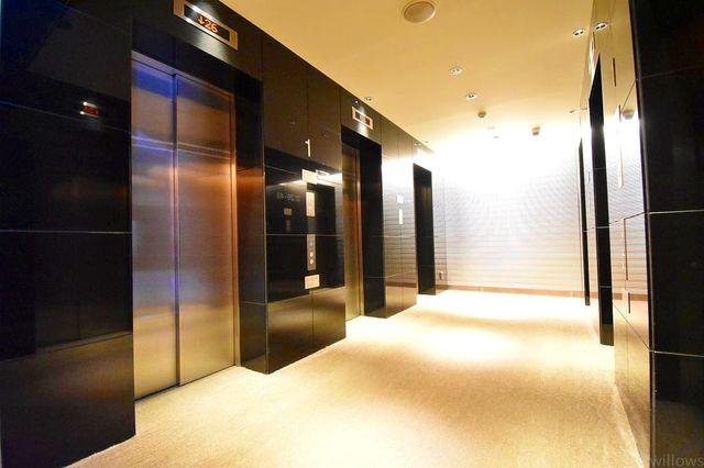 エレベーターは6基あります。大規模レジデンスでもスムーズに乗り降りできます。
