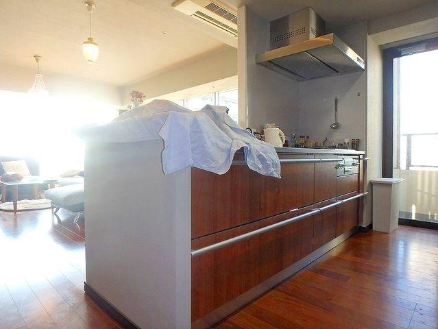 カウンタースペース付のキッチンです。2人で一緒に料理をしても窮屈にならない広さです。