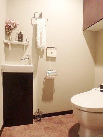 収納スペース、タオル掛け、シンプルなトイレこそ使いやすいスタイルです。