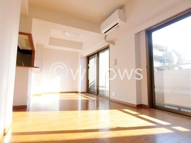 大きな窓がリビングにやさしい光を届けてくれます。家族団らんスペースにぴったりです。