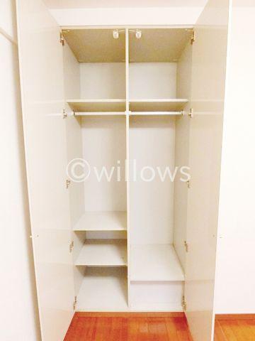 白を基調とした洗面台。3面鏡も付いて機能的な洗面台です。