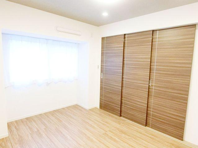 一日の半分を過ごすマスターベッドルーム。充分な収納スペース(ウォークインCL)を確保しており、居室内に余計な家具を置く必要がないので、シンプルですっきりとした暮らしを実現。エアコン1台完備!