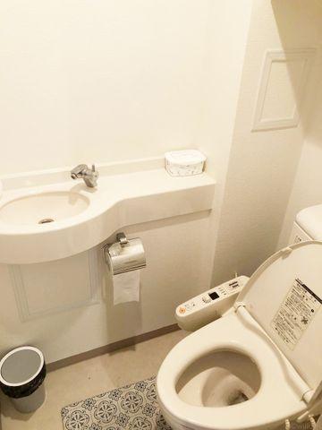 トイレには、当たり前のようにウォシュレットがついております。あえてシックな色合いの壁紙を採用。毎日使う場所だからこそ、細部までこだわり抜かれております。