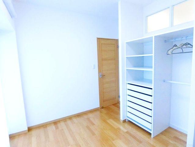 約5.8帖のプライベートルーム。各部屋を最大限に広く使って頂ける様、全居住スペースに収納付。ゆったりと快適に、どんな用途にもお使い頂けます。