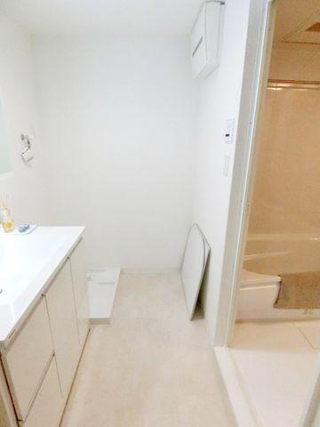 洗濯機置き場が水回りに集約されており、家事動線も良く考えられています。広々空間で洋服の着脱も快適です。