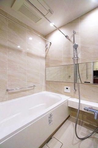 白で統一されたバスルームは清潔感を感じさせてくれます。物干し竿を2つかけられます。