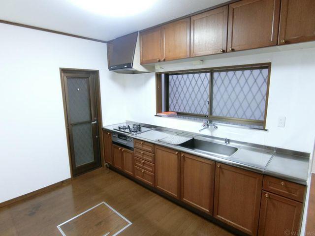 ワイドで収納力のあるな大変使い勝手の良いキッチンでございます。ご家族でお料理が楽しめちゃいますね!窓があるので風通しも良好です。
