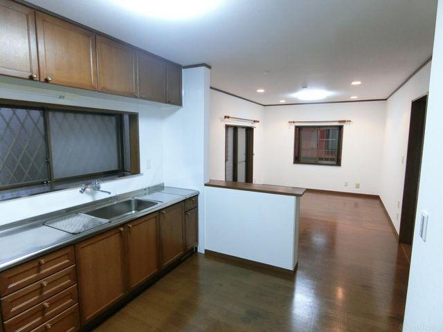 キッチンから見えるリビング部分です。カウンター部分からお料理を出したり、椅子を置けばカウンターテーブルになります。ゆっくりとお料理ができそうな広々としたキッチンスペースです。