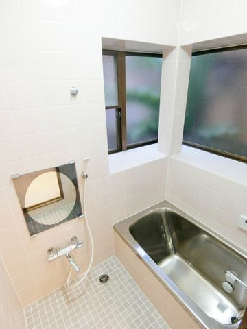 窓が2つあることで風通し良好です。湿気やカビが気になるお風呂は風通しの良さが重要です。