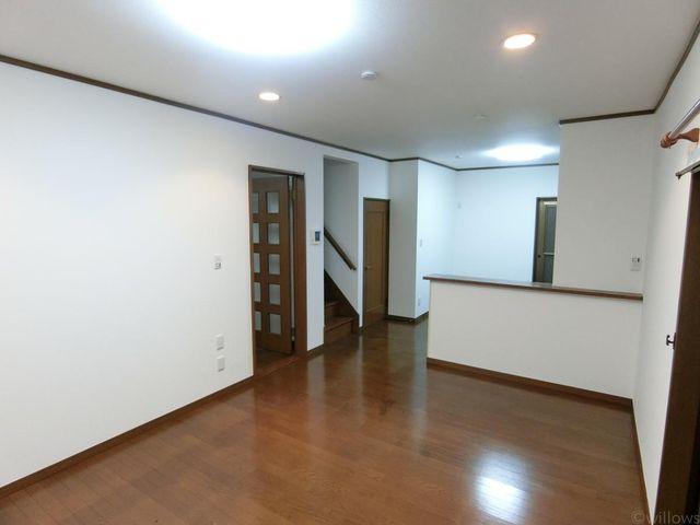 14.75帖のリビングダイニングルームです。室内とてもきれいにお使いで落ち着いた印象です。リビング内部に設計された階段が家族とのコミュニケーションを自然と増やしてくれます。